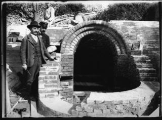 Záběr ze stavby studny na odpadní galerii z 27. září 1902