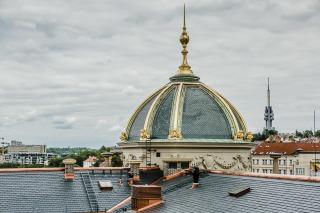 Zrekonstruovaná nárožní věžice s výdechy TZB na sedlové střeše (foto: Tomáš Malý)