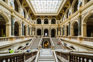 Hlavní schodišťová dvorana – probíhající finální restaurátorské práce (foto: Tomáš Malý)