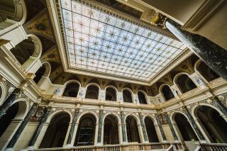 Hlavní schodišťová dvorana s replikou původního podhledu z malovaného skla (foto: Tomáš Malý)
