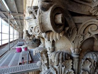 Průběh restaurování kamenných hlavic sloupů na fasádě