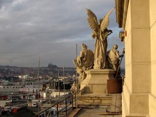 Pohled na restaurované sousoší u paty hlavní věže