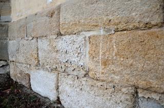 Obr. 3 Silně degradované pískovcové soklové zdivo kostela sv. Jakuba Většího v Srbči