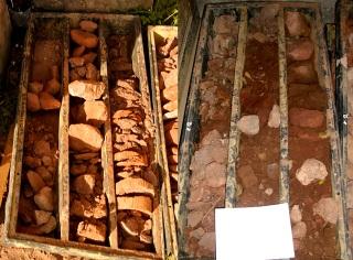 Obr. 4 Rozdílný charakter základového zdiva a geologického podloží kostela Všech svatých v Heřmánkovicích; vlevo – vrtné jádro odebrané z jižní části kostela, vpravo – vrtné jádro odebrané ze severní části kostela