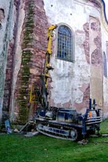 Obr. 5b Kostel Všech svatých v Heřmánkovicích – provádění vrtu na severní straně kostela