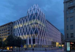 Pohled na osvětlenou fasádu budovy