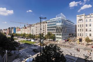 Pohled na budovu The Flow Building na rohu Václavského náměstí a Opletalovy ulice