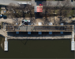 Obr. 07 Betonáž mostovky – po krajích konstrukce jsou viditelné vysouvací dráhy (zdroj: HTCZ a.s.)