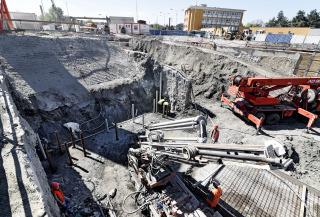 Provádění pažení stavební jámy v místě prostupů původního potrubí a nové shybky sloupy tryskové injektáže