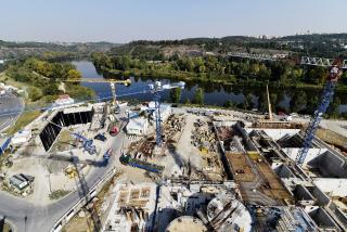 Pohled zachycující vzájemnou polohu Hlavní čerpací stanice (vlevo) a část Nové vodní linky (objekt mechanické čištění SO 04, vpravo)