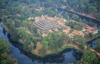 Obr. 1 Typické prostorové uspořádání angkorského chrámu – první pískovcový chrám Bakong, konec 9. století (zdroj: Shutterstock)