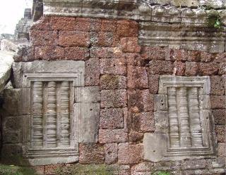 Obr. 3 Konstrukce stěny chrámové chodby kombinující lateritové a pískovcové bloky, chrám Ta Nei, konec 12. století (zdroj: archiv autora)