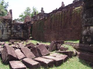 Obr. 5 Dvouvrstvá opěrná zeď opláštění stupně pyramidy se zhroucenou vnější pískovcovou vrstvou, chrám Bakong (zdroj: archiv autora)