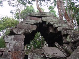 Obr. 6 Nepravá klenba angkorského chrámu ve stavu narušené stability a probíhajícího kolapsu, chrám Ta Nei (zdroj: archiv autora)