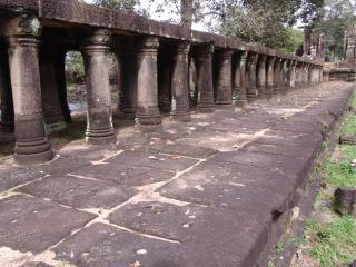 Obr. 7 Konstrukce vnější přístupové cesty – tzv. causeway, chrám Baphuon, polovina 11. století (zdroj: archiv autora)