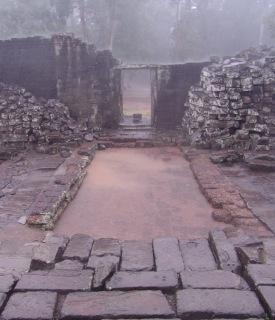 Obr. 8 Nefunkční odvodnění plošiny chrámové pyramidy a z toho vyplývající důsledky, chrám Bayon, přelom 12. a 13. století (zdroj: archiv autora)