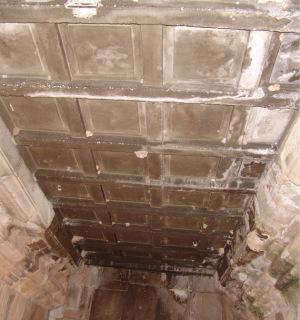 Obr. 9 Novodobý železobetonový strop chodby, tvarová replika původního dřevěného podhledu, chrám Baphuon (zdroj: archiv autora)