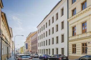 Obr. 01 Bytový dům Francouzská 66, Brno, stav po obnově. Moderní fasáda budovy byla navržena v kontextu historických fasád okolních staveb.