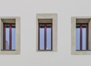 Obr. 11 Pohled na šambrány okolo oken z materiálu Stolit MP s broušeným povrchem v kontrastu se základní omítkou fasády domu