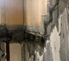 Obr. 14 Podrobnosť poškodenia v mieste uloženia medzipodesty schodiska, kde nedošlo k vybočeniu delených stenových panelov – spodné podlažia