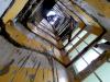 Obr. 15 Kolaps schodišťa, pohľad do schodiskového priestoru z dolného poschodia