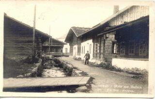 Dobová pohlednice z ulice Horní potoční s typickou zástavbou Starého Města. Ukázka celoroubených a poloroubených staveb se širokou střechou pokrytou šindelem.