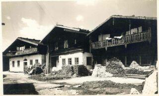 Domy č. p. 100–102 na Starém Městě. Do dnešní doby se zachoval pouze vpravo stojící dům č. p. 102