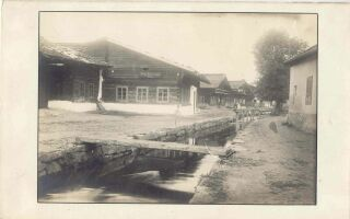 Ulice Dolní potoční. Běžný život v domech byl provázaný s potokem tekoucím středem města.
