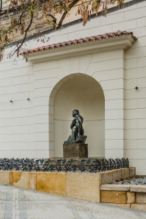 Pohled na obnovenou niku se sochou Jana Štursy Toileta
