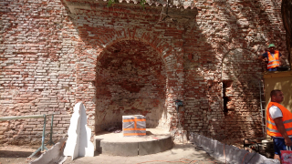 Očištěné zdivo niky s fragmentem objevené vedlejší niky (na základě rozhodnutí zástupce NPÚ byla po dohodě s architektem návrhu opět zazděna)