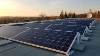 Podstatnou část střechy zabírají fotovoltaické panely, které vyrábějí energii pro provoz domu