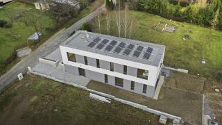 V okolí domu jsou minimalizovány zpevněné plochy a zatravňovací dlaždice sehrávají významnou roli při zadržování vody a vlhkosti, důležité pro růst zeleně