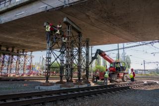 Obr. 07 Montáž dočasných podpěrných konstrukcí systému PIŽMO sloužících pro podepření stávajícího mostu při demolici