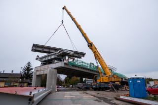 Obr. 19 Osazování jednotlivých dílců ocelové části mostu na dočasné podpěrné konstrukce PIŽMO umístěné na betonové části mostu v polích 7–9 a v předpolí mostu
