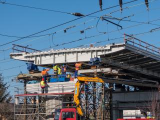 Obr. 21 Zahájení výsuvu ocelové části mostu