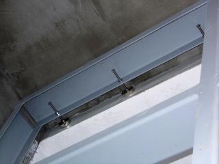 Obr. 05 Kotvení horního příčle k úhelníku v betonové stěně kobky