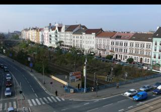 Obr. 2 Železniční trať vede v hlubokém zářezu od křižovatky Belánka mezi ulicemi Borská a Hálkova. Stávající stav