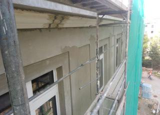 Nové podokapní římsy budovy  E byly provedeny  z Cetris  desek a EPS tvarovky