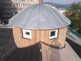 Nová věžička budovy E byla vyrobena na CNC a osazena jeřábem