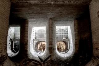 Obr. 2 Foto dnes již neexistující shybkové komory sběrače na ÚČOV vybudované na Císařském ostrově. V těchto místech se v současné době realizuje výstavba hrubého předčištění pro pravobřežní stoky E a F před zaústěním do hlavní čerpací stanice (HČS). Pohled do shybkových ramen směrem do Troje po proudu toku