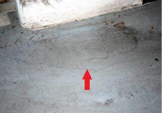 Trhlina v podlahovej doske