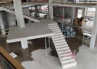 """Rozestavěná vstupní hala s hlavním """"levitujícím"""" schodištěm – pohled shora"""