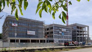 Dokončená hrubá stavba budovy nové modřanské radnice