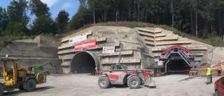 Pohled na východní portál tunelu Prešov a sestavený bednicí vůz pro definitivní ostění