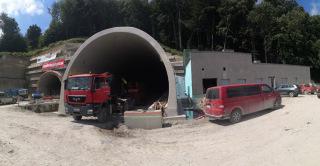 Pohled na východní portál tunelu včetně technologické centrály