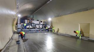 Pokládka betonových vozovek v tunelu