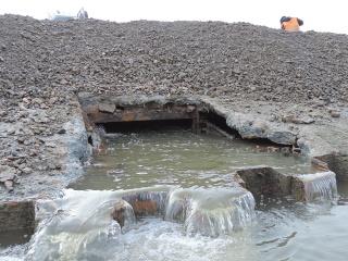 Vytékající voda z čerpací jímky na začátku provádění II. etapy prací