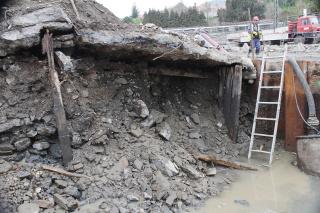 Otevřená konstrukce jezu, dobře je viditelná návodní i povodní dřevěná stěna a uvnitř tělesa lze tušit výztuhu z kolejnic