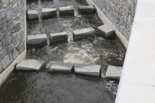 Průtok vody rybím přechodem