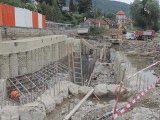 Pilotové podzemní stěny kolem stavební jámy pro dolní část rybího přechodu a pro lodní propust